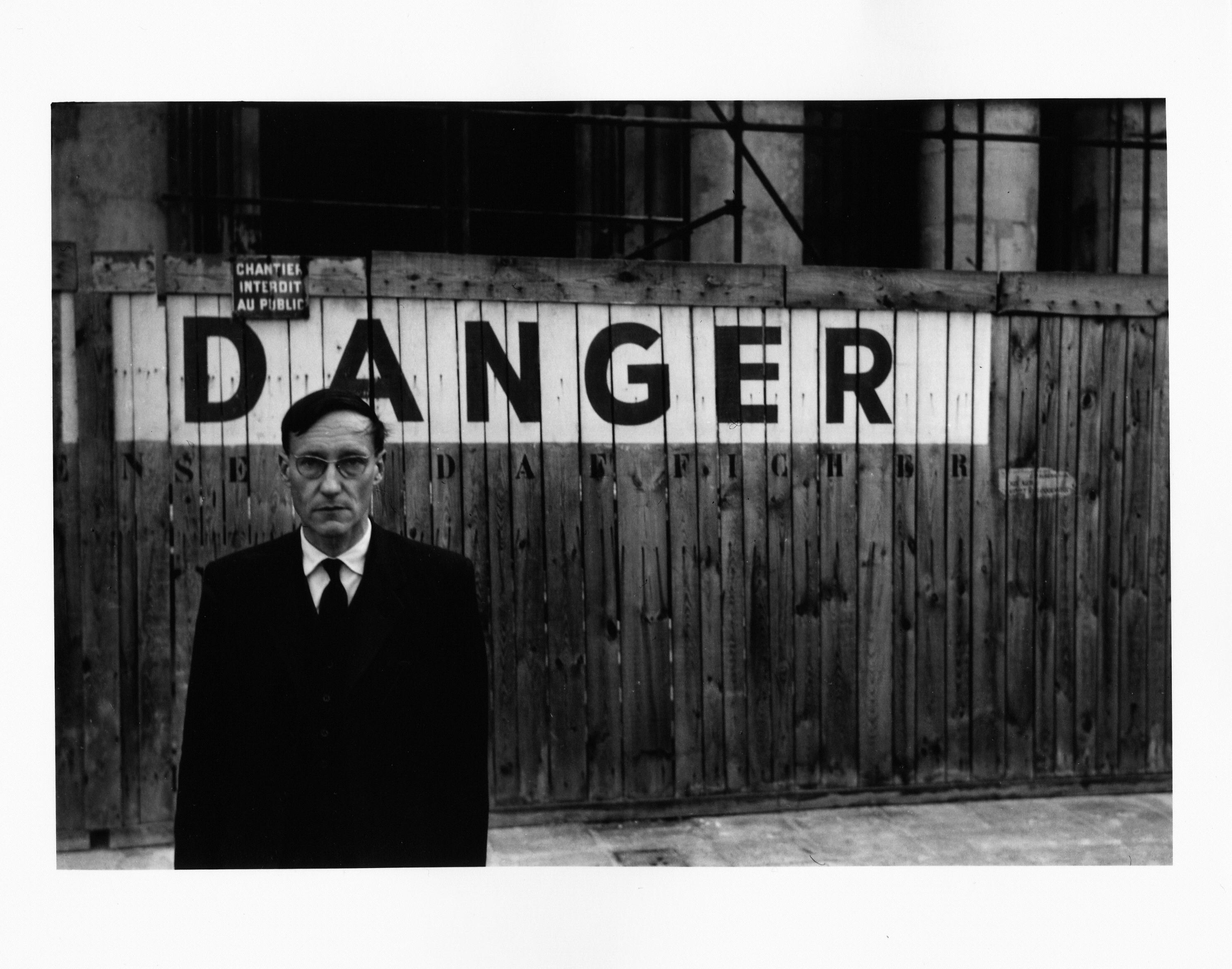 2. kép 'Danger' (Veszély) - William S. Burroughs portréja a Théâtre Odéon előtt, Párizs, 1959. A Barry Miles Archive jóvoltából © Fotó: Brion Gysin, Meztelen ebéd sorozat, Párizs, 1959. október