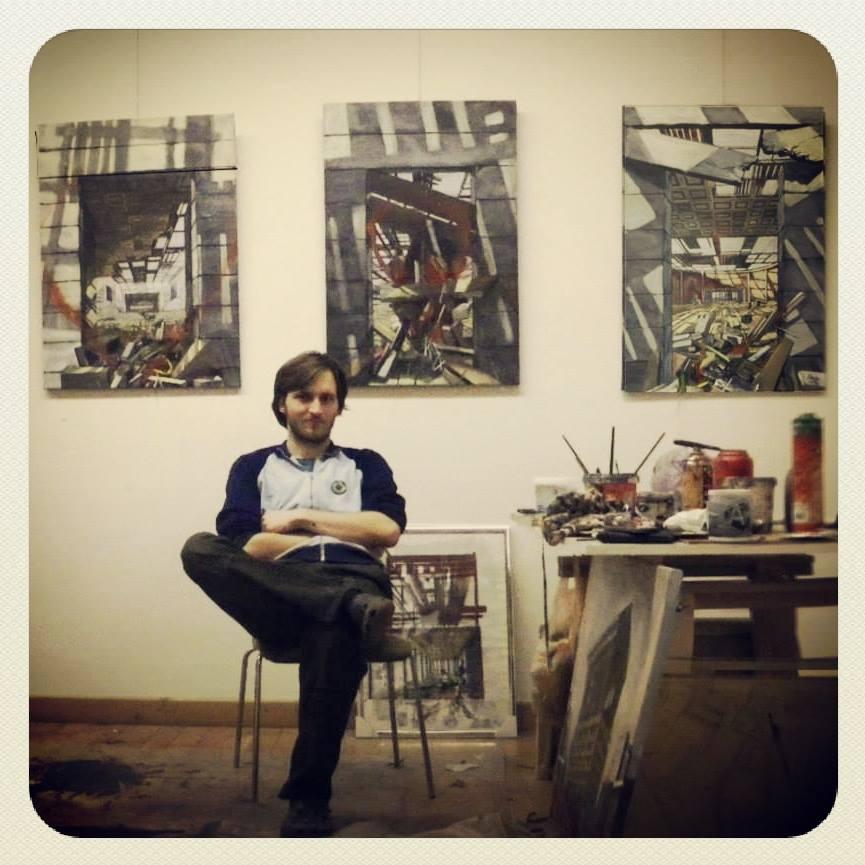 Árnyas Koppány Ákos a látványműteremben, festményeivel