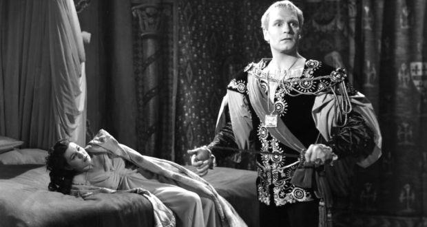 Olivier Hamletje észreveszi a Szellemet, de rajta kívül senki nem látja, a nézők sem