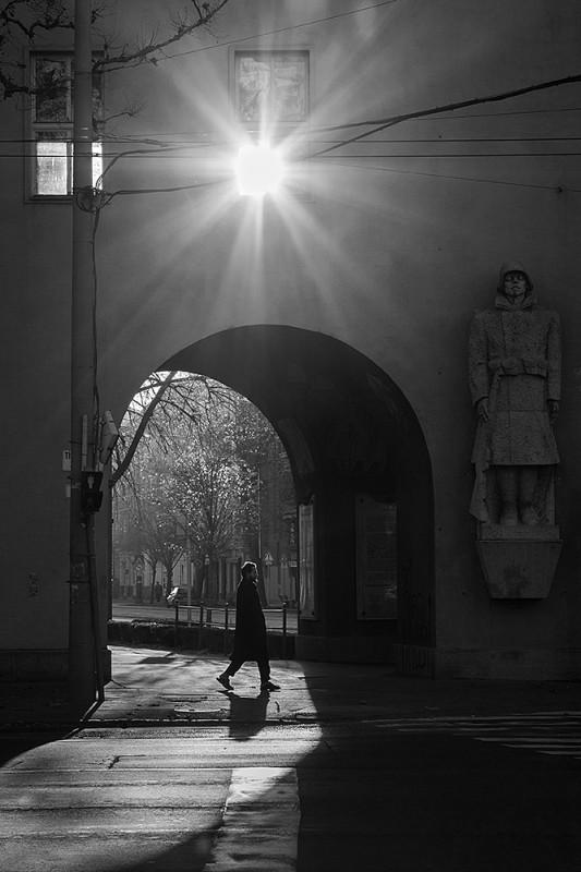 """""""Őrt állok, mint mesékbe."""" Határán fénynek és sötétségnek, mozgásnak és mozdulatlanságnak, időmúlásnak és öröklétnek. A távoli ölelkezik most a közelivel, s a pillanat fejet hajt az emlékezet előtt. A Nap hideg fényével érinti meg a múltat, átsegítve szilánkjait a jelenbe."""