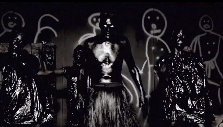 Az olajosan fénylő Ninja és táncosai a Fatty Boom Boom videoklipjében