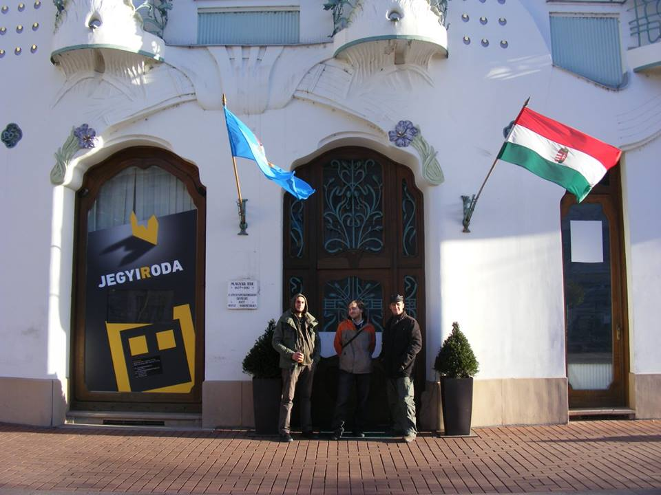 Árnyas Koppány Ákos temesvári vendégművészekkel a REÖK Palota előtt