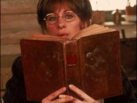 Szemüveg és könyv: az intellektuális nő attribútumai