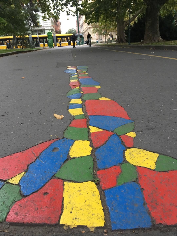 """Milyen szép színes a járda. Játsszuk azt, hogy csak a pirosra szabad lépni.  … """"Struccpolitika""""… (Ott megy a villamos!)"""