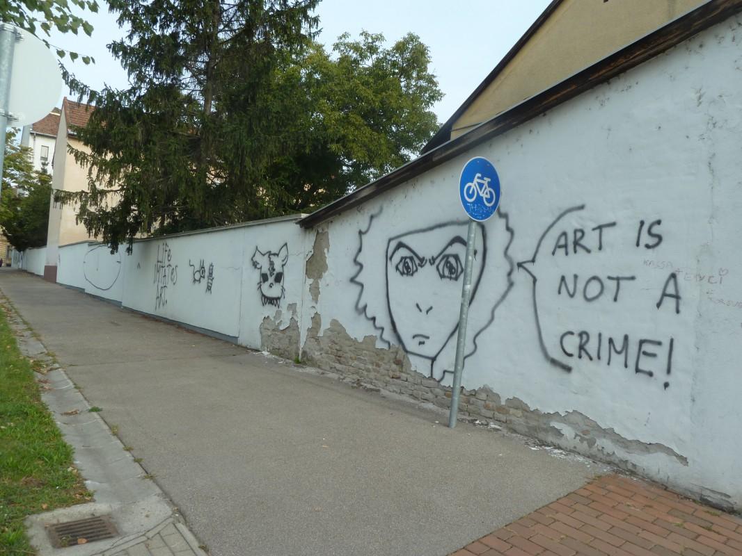 the wall – has a say [a falnak nem csak füle van... (hanem mondanivalója is)]