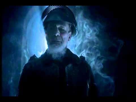 A Szellem harci öltözetben, felemelt sisakrostéllyal jelenik meg, ahogyan az a dráma szövegében található