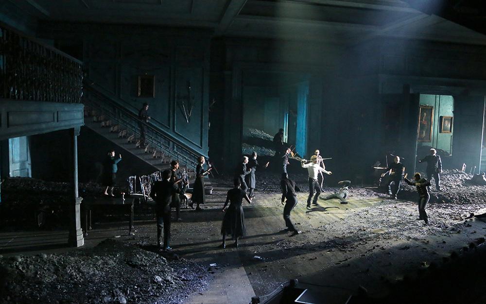 Es Devlin <em>Hamlet</em> színpada